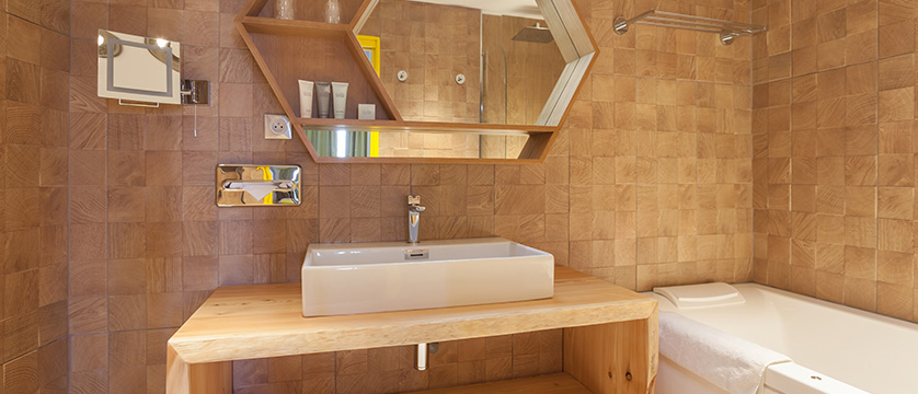 France_Alpe-dHuez_Hotel_le_royal_ours_blanc_family_bathroom.jpg